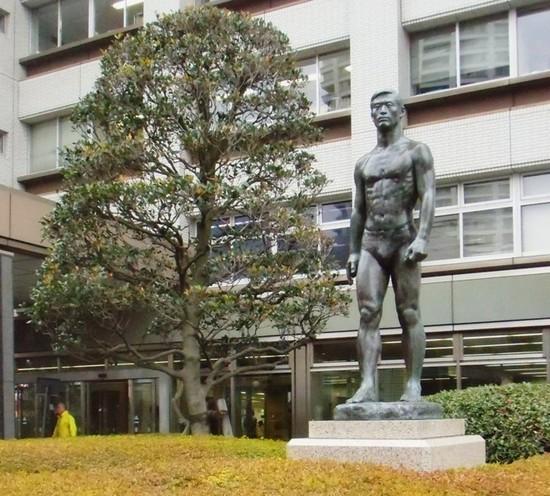 #04C5377玄関脇の男性像.jpg