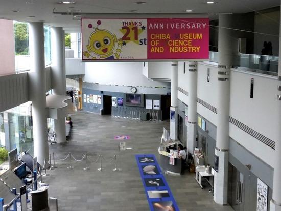 %14現代産業科学館展示室への通路から入口方向を望む.jpg